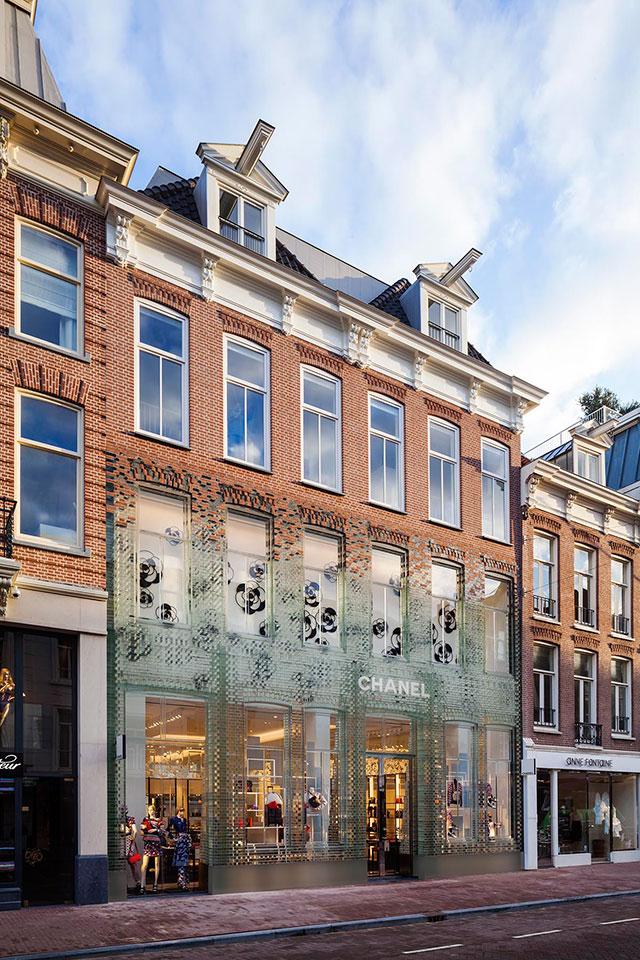 Chanel открыли кристальный магазин   Buro 24 7 fc43a55d353