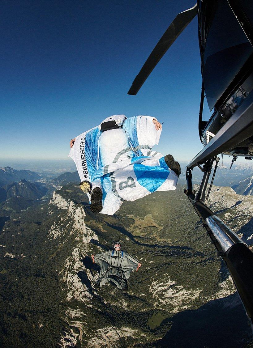 Мечта о полетах осуществилась: BMW представили электрифицированный костюм-крыло (фото 3)