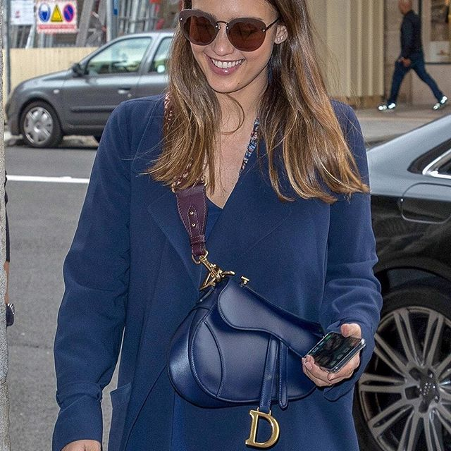 Actress and entrepreneur @JessicaAlba is the poster woman for effortless one-color elegance. Referencing the world of equestrianism and decorated with a stirrup-like gilt 'D', her monochromatic blue leather 'Saddle' bag lends just the right amount of the attention-grabbing interest that is confirming it as one of the stars of the season.  #StarsinDior