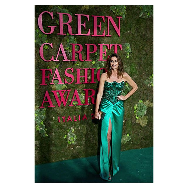 Super models, celebrities and a selection of Italy s top eco-friendly talents attended the @greencarpetfashionawards to show their support for sustainable fashion.  : @myfriendario #greencarpetfashionawards #cameramoda #MFW #sustainablefashion #KarlaOtto