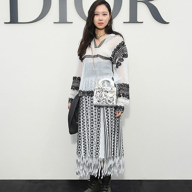 Proving that black and white can be anything but classic and safe, South Korean actress Kong Hyo Jin made for a strong, confident presence at the Spring-Summer 2019 show from #MariaGraziaChiuri. #StarsinDior