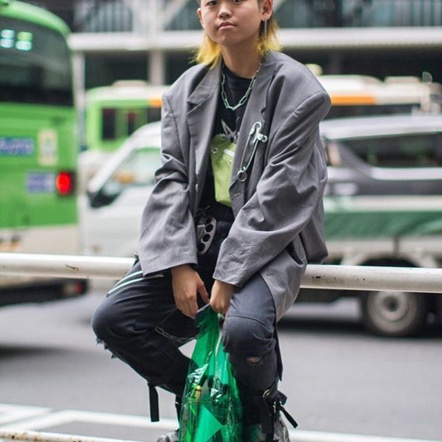 We are on the ground in Tokyo, a city known for its experimental style, shooting the best street style looks outside the shows. Tap the link in our bio for some serious trend inspiration from Tokyo Fashion Week. #wwdfashion  Photographed @onilx