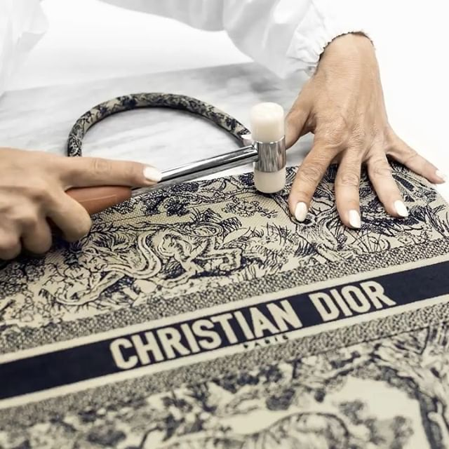 Entirely embroidered over the space of thirty-five hours and requiring one and a half million stitches, a single #DiorBookTote in modernized toile de Jouy from the #DiorCruise 2019 collection by #MariaGraziaChiuri is proof positive that craft needn't take a back seat to technology! From sketching to producing the finalized prototype for this new design took a month and a half. Get an insight into the ongoing detailed savoir-faire in our video!  #DiorSavoirFaire