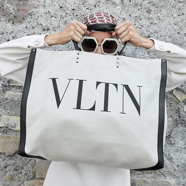 New #ValentinoResort19 campaign shot by #JuergenTeller featuring #MariacarlaBoscono and the new #VLTN tote bag detailed with studs. #BornInRoma Creative Director: @pppiccioli