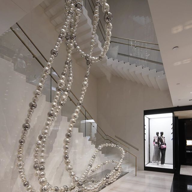 Chanel may have doubled the floor space of its newly-designed 57th Street flagship but the size of the house s signature pearls? Well, let s just say that they ve increased *exponentially*. Swipe for more photos of the store, which opens today replete with Jean-Michel Othoniel pearl sculpture.  : @chinseephoto  #chanel
