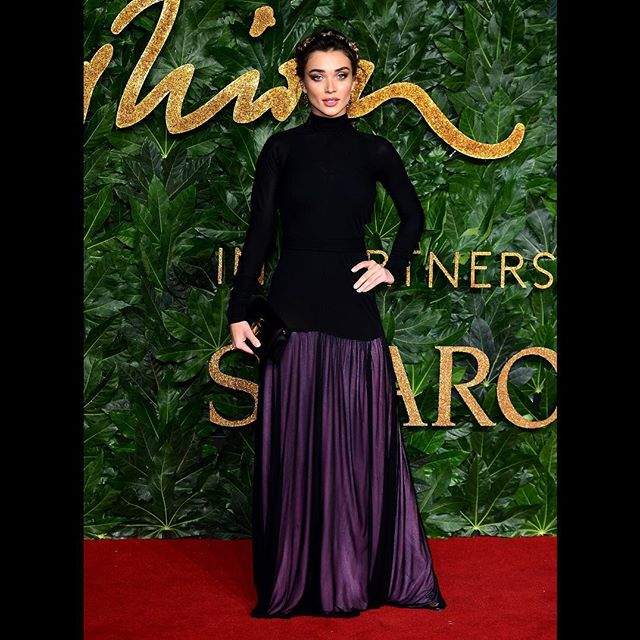 AMY JACKSON @iamamyjackson WEARS A CUSTOM BLACK AND PINK JW ANDERSON GOWN WITH ANCHOR LOGO BAG IN BLACK LEATHER AT THE FASHION AWARDS 2018 #JWANDERSON #FASHIONAWARDS @britishfashioncouncil