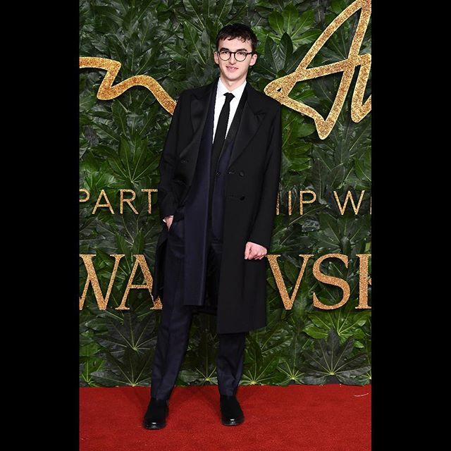 ISAAC HEMPSTEAD-WRIGHT @isaachwright WEARS CUSTOM JW ANDERSON TUXEDO AT THE FASHION AWARDS 2018 #JWANDERSON #FASHIONAWARDS @britishfashioncouncil