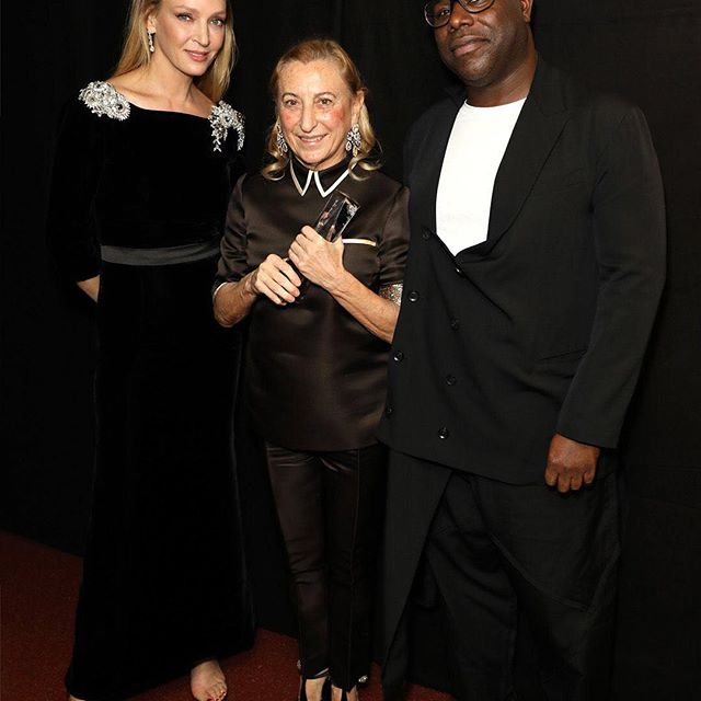 #MiucciaPrada winner of #OutstandingAchievementAward with @SteveMcQueen and @UmaThurman during The #FashionAwards 2018 in partnership with @Swarovski at Royal Albert Hall in London.   #Prada