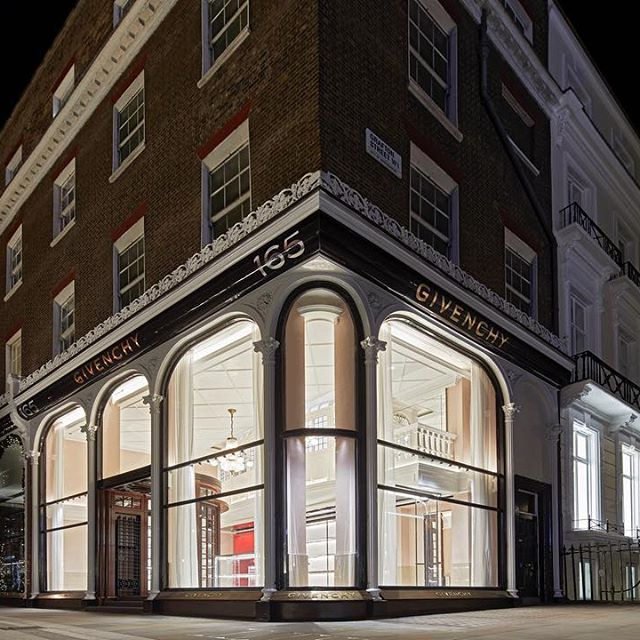 165 NEW BOND STREET : Givenchy is delighted to announce the opening of its first flagship store in the UK. Located at 165 New Bond Street in the heart of Mayfair, this freshly renovated space illustrates Givenchy s multi-faceted concept and sophisticated brand vision. #GivenchyFamily
