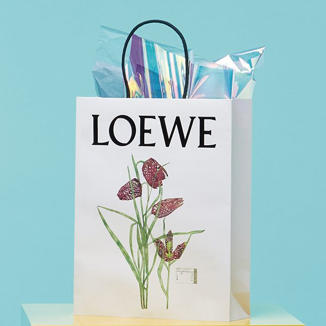 Architect and designer #CharlesRennieMackintosh was heavily inspired by his father's garden. The fritillaria, seen on this seasonal #LOEWE packaging, is a reoccurring motif in Mackintosh's work. See the full collection on loewe.com #LOEWEgifts